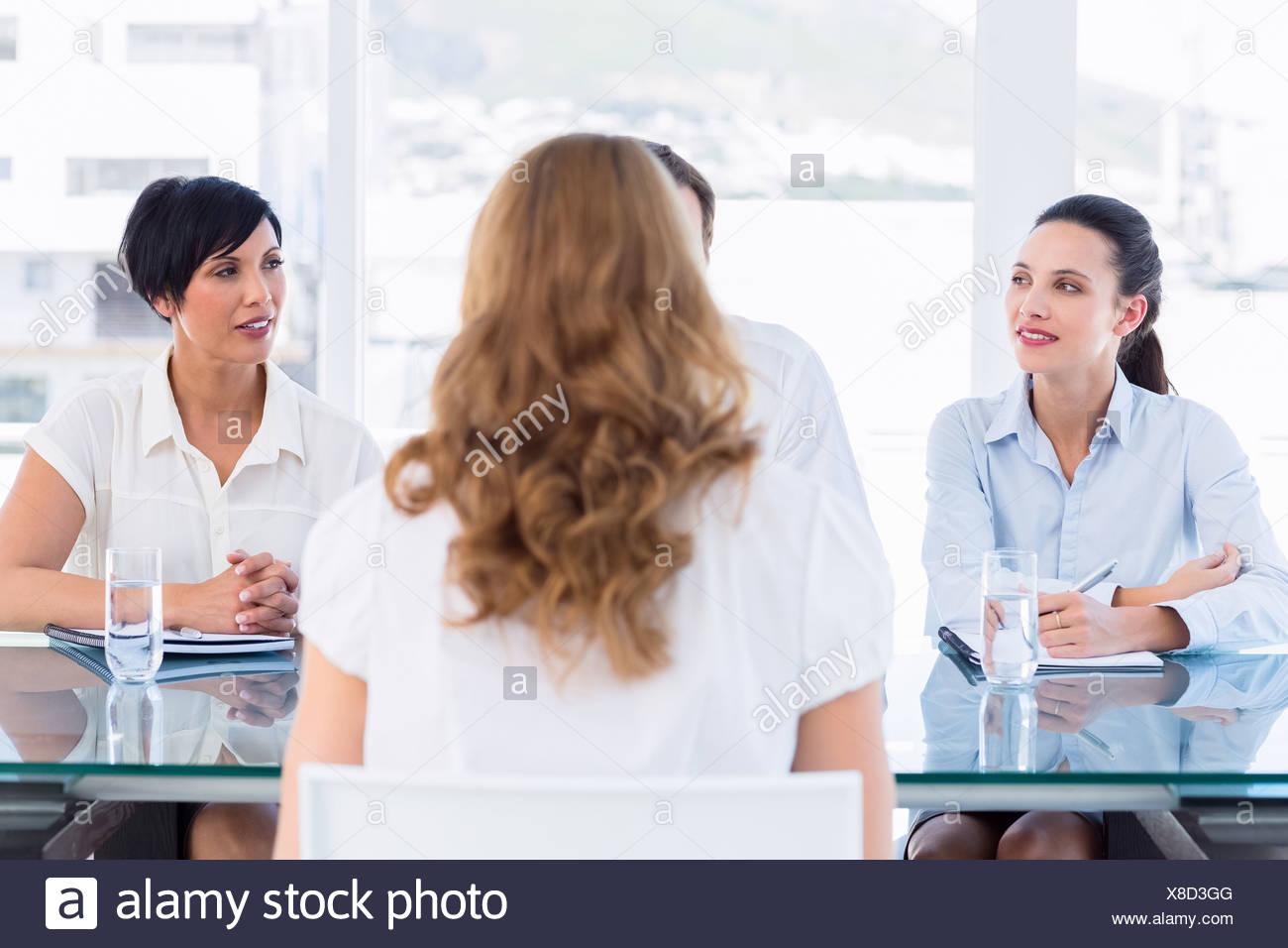 Recruiter, die Prüfung der Bewerber beim Vorstellungsgespräch Stockbild