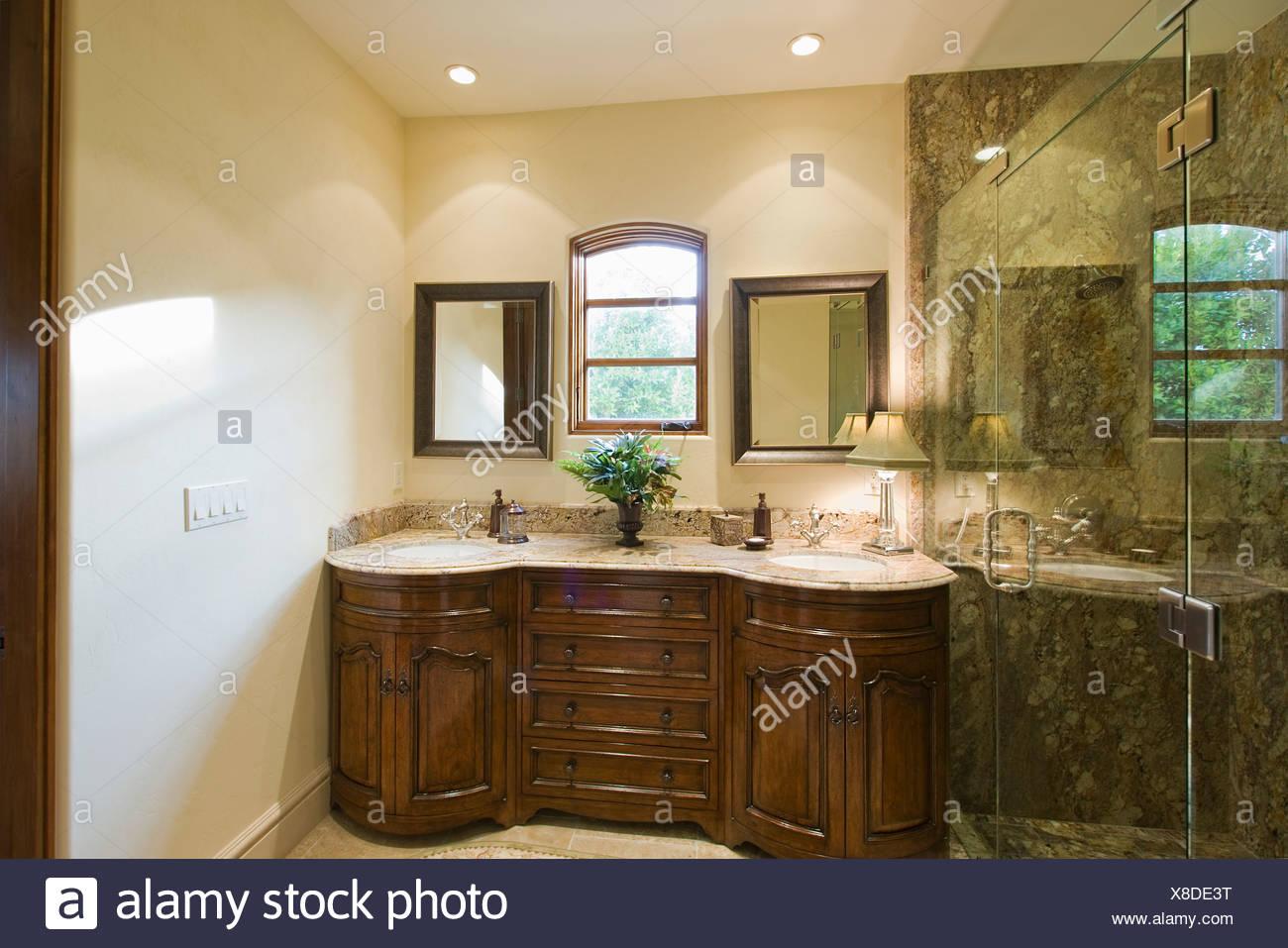Zwei Waschbecken Stockfotos Zwei Waschbecken Bilder Alamy