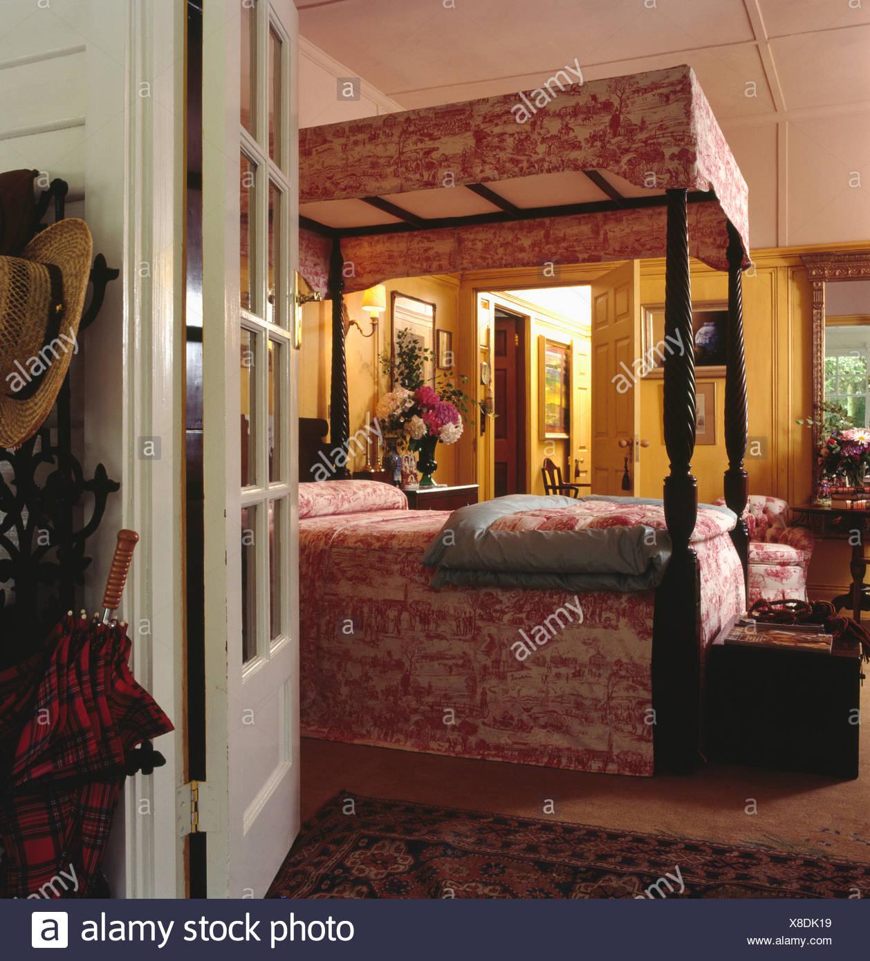 Marvelous Schlafzimmer Tur Offnen #11: Tür Zu öffnen, Zu Land Schlafzimmer Mit Rot Weißen Toile De Jouy  Profilkranz Und Bettdecke Auf Antiken Schlafzimmereinrichtungen Bett