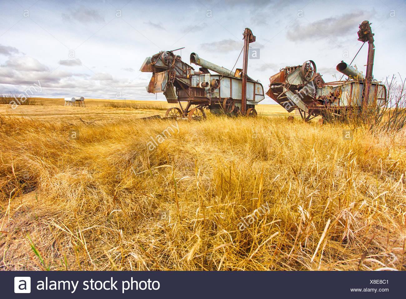 Zwei alte Dreschmaschinen in der kanadischen Prärie. Stockbild