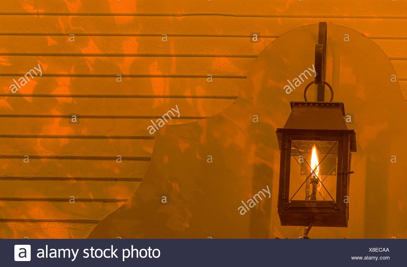 Lampe leuchtet auf dem Hintergrund Stockbild