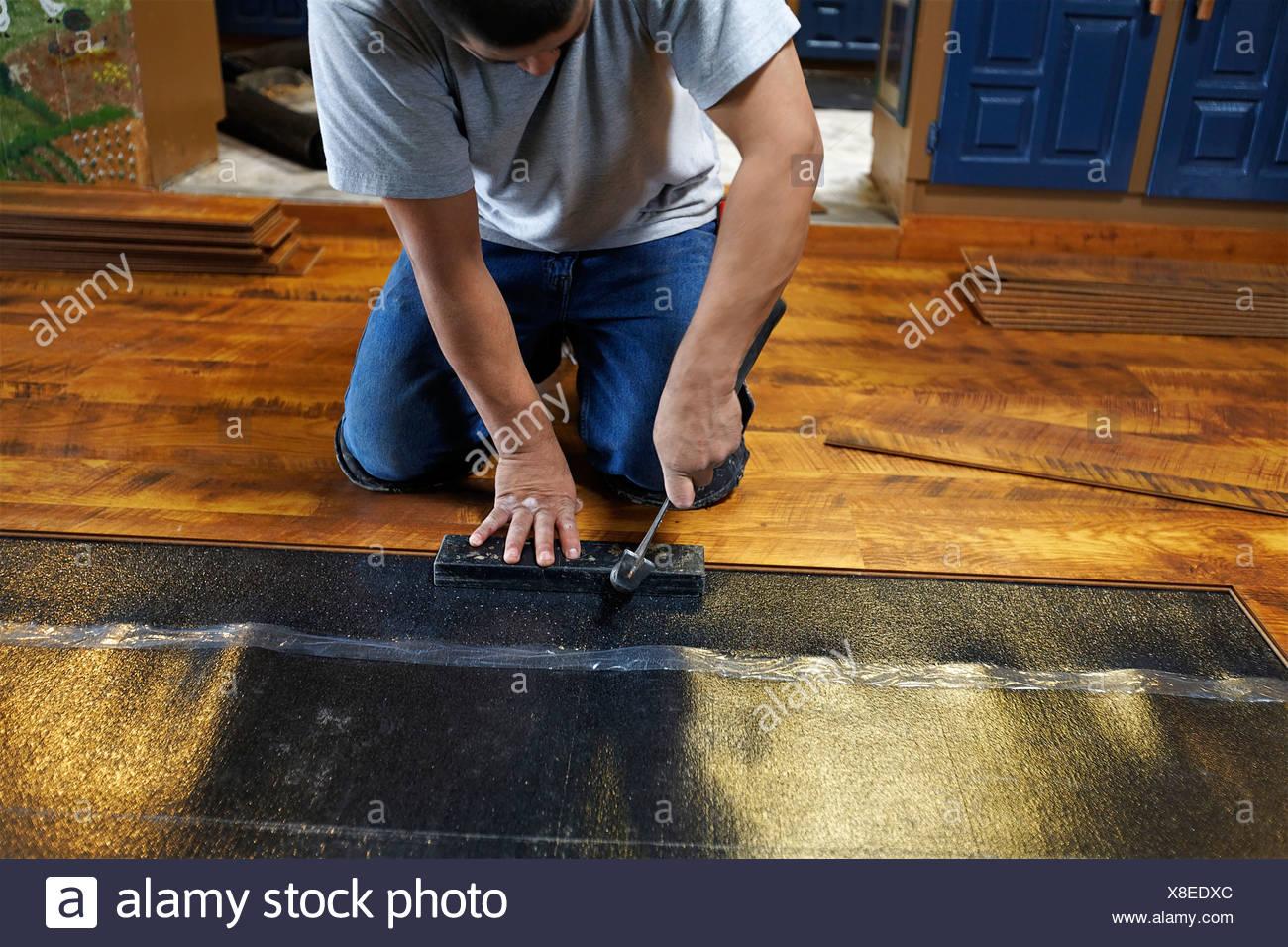 Verlegung Neuer Laminatboden Bodenbelag Arbeiter Beschäftigten Mann Männer  Häuser Innen Drinnen Wohnung Stockbild
