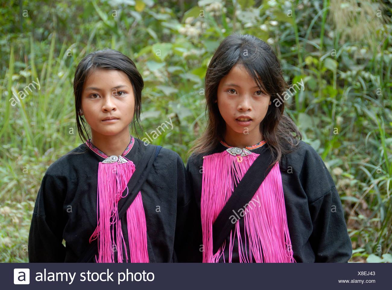 Porträt, Ethnologie, zwei junge Frauen der Volksgruppe der Yao, rosa Fäden als Schmuck, Ou Tai, Distrikt Gnot Ou, Yot Ou, Phongs Stockbild