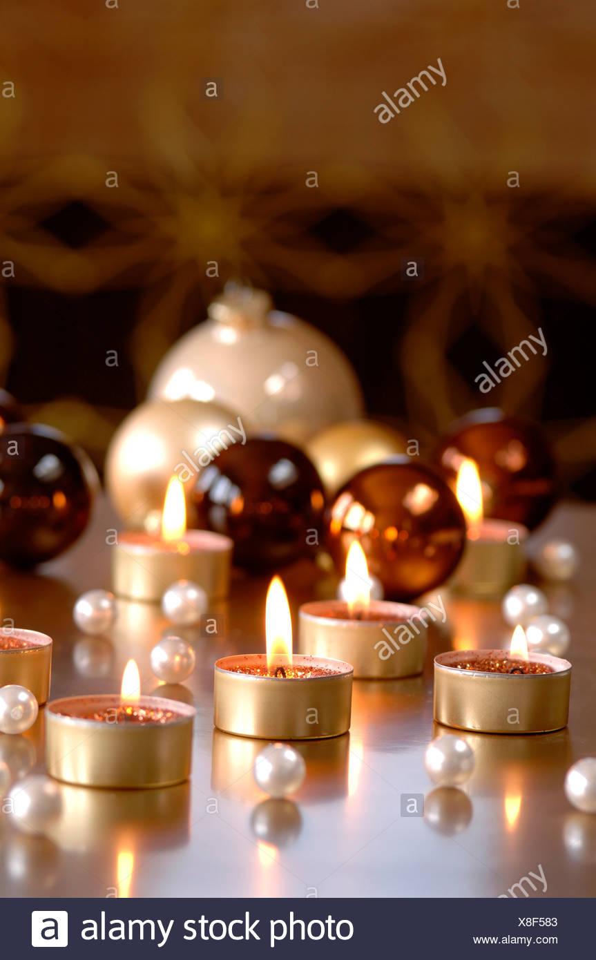 Beleuchtete Christbaumkugeln.Christbaumkugeln Und Brennenden Teelichtern Stockfoto Bild