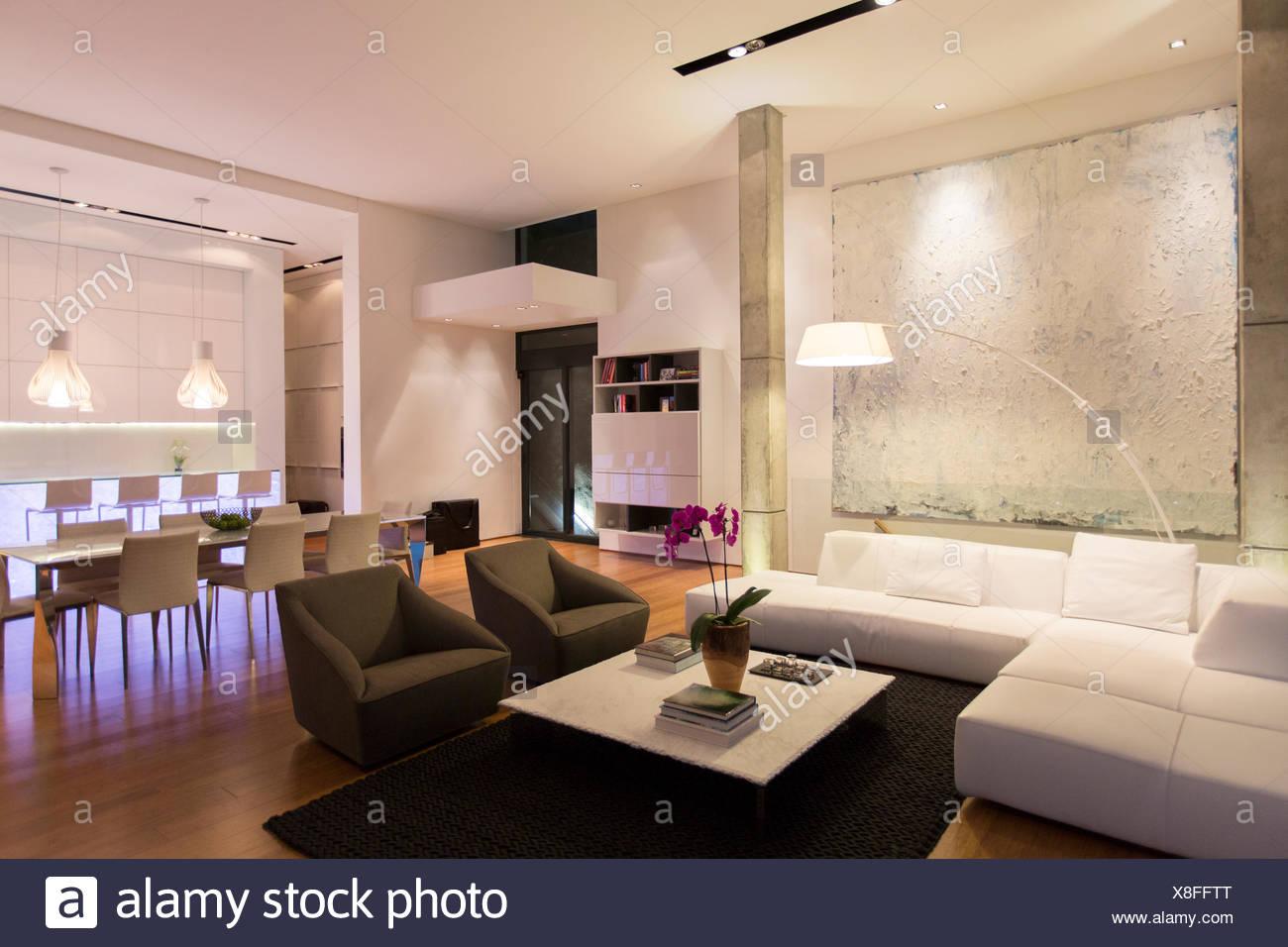 Sofa und Tisch in moderne Wohnzimmer Stockfoto, Bild: 280624872 - Alamy