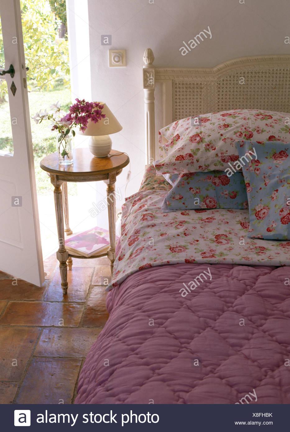 Rose Gemusterte Kissen Und Rosa Quilt In Französischer Landhaus Schlafzimmer  Mit Kleinen Nachttisch