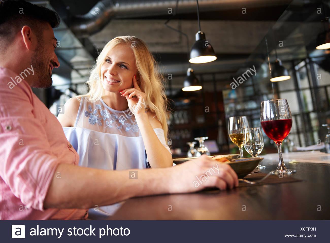 Paar im Chat am Tisch im restaurant Stockbild
