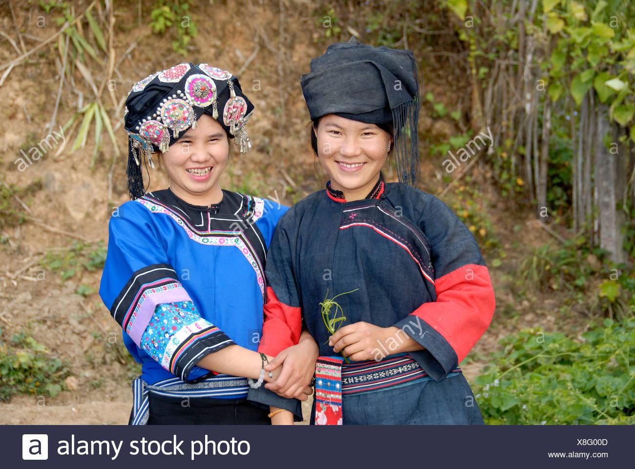 Porträt von zwei jungen Frauen von der Hor-Lolo Ethnie, in traditioneller Tracht, Kopfschmuck, Phongsali, Laos, Südostasien Stockbild