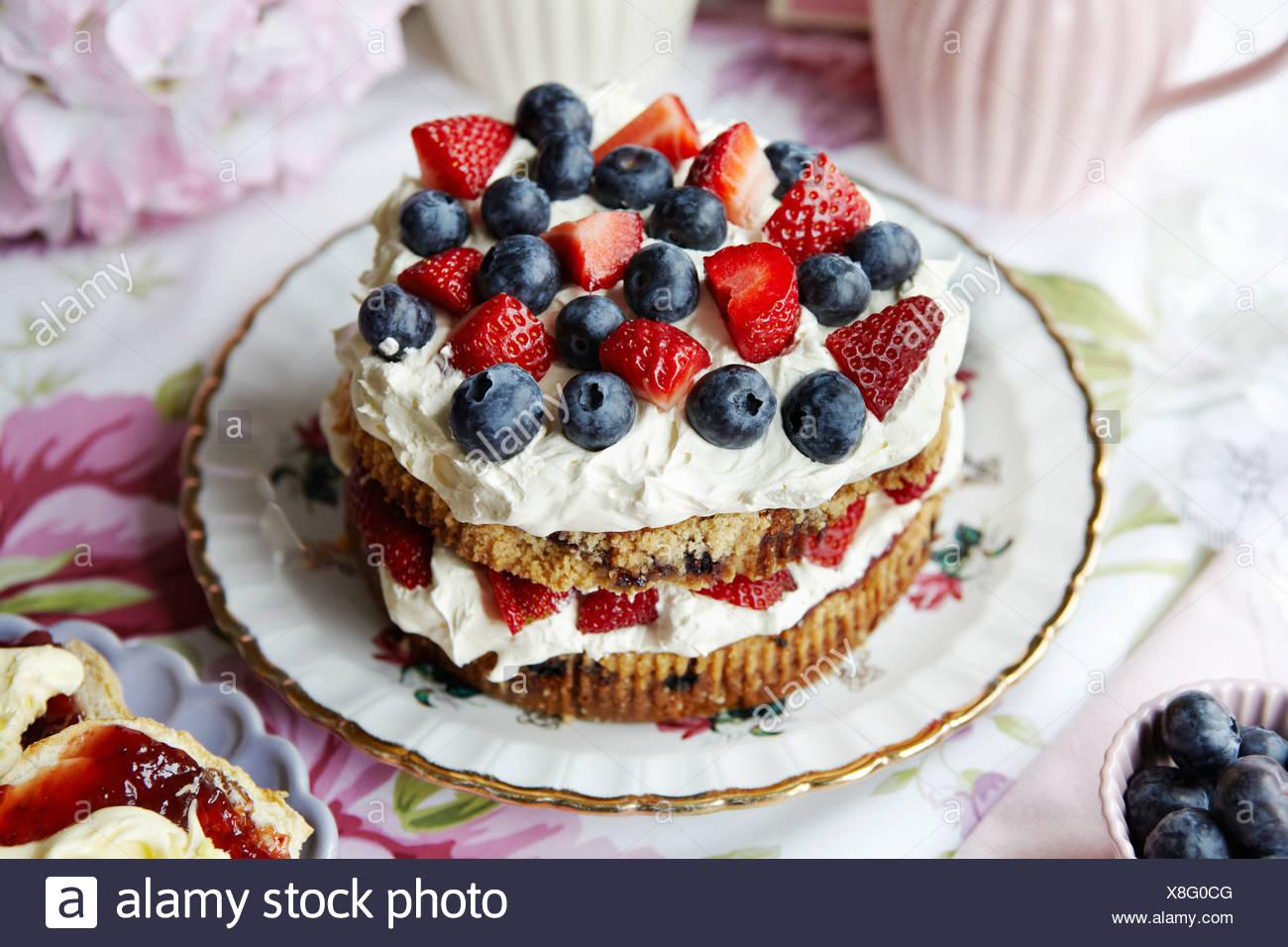 Teller mit Obst und Sahne Kuchen Stockbild