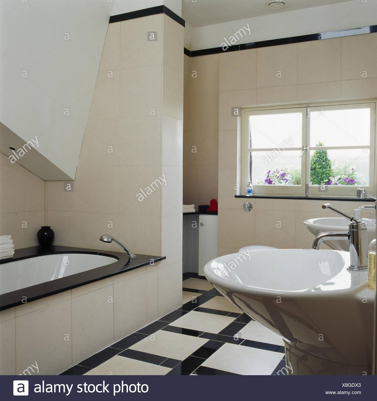 Schwarz + weiß gefliesten Boden in modern gefliestes Badezimmer mit ...