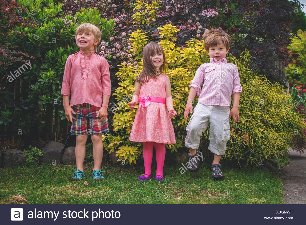 Drei Kinder in einer Reihe Stockbild