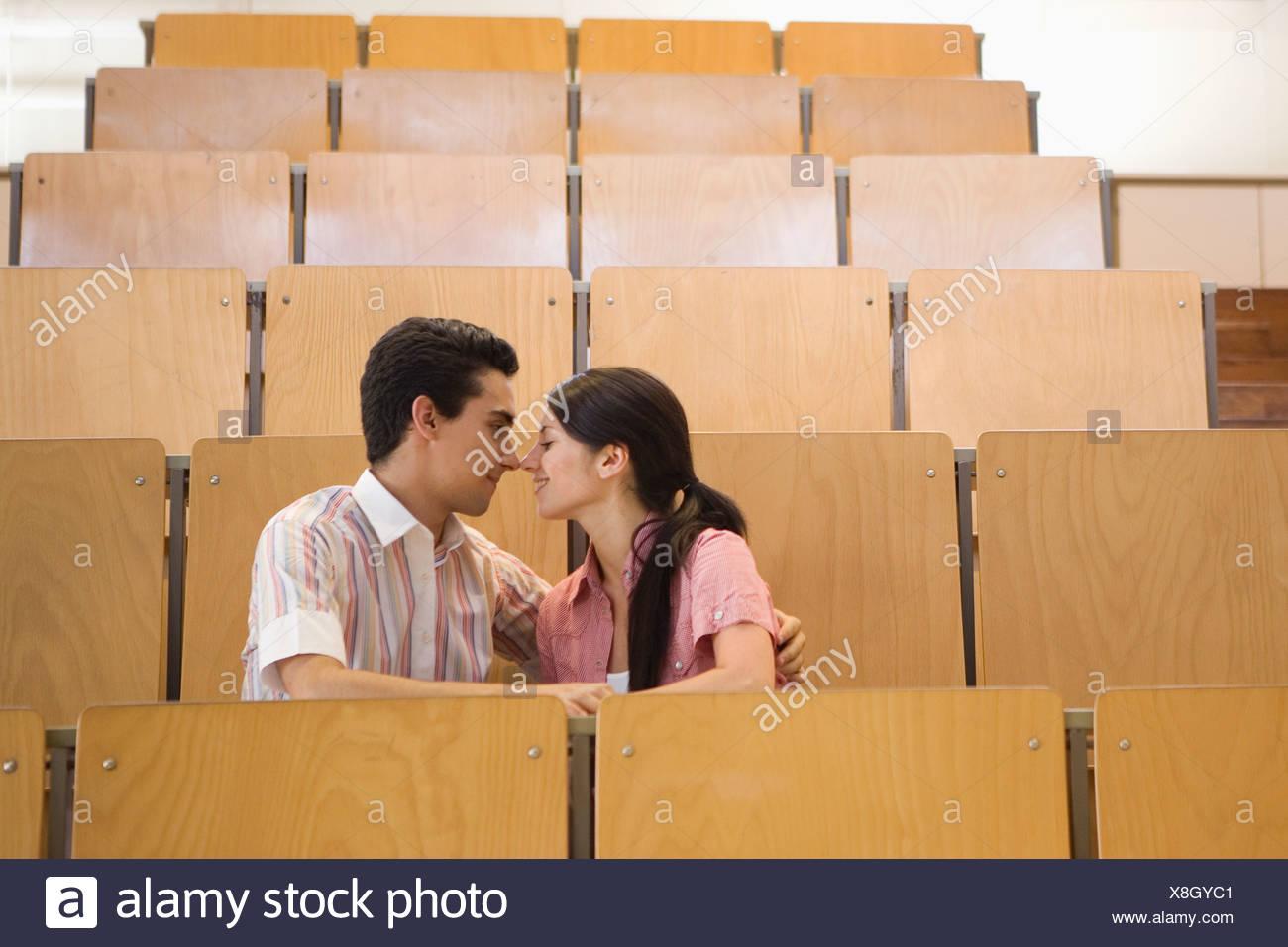 Studenten, die in leeren Klassenzimmer küssen Stockfoto