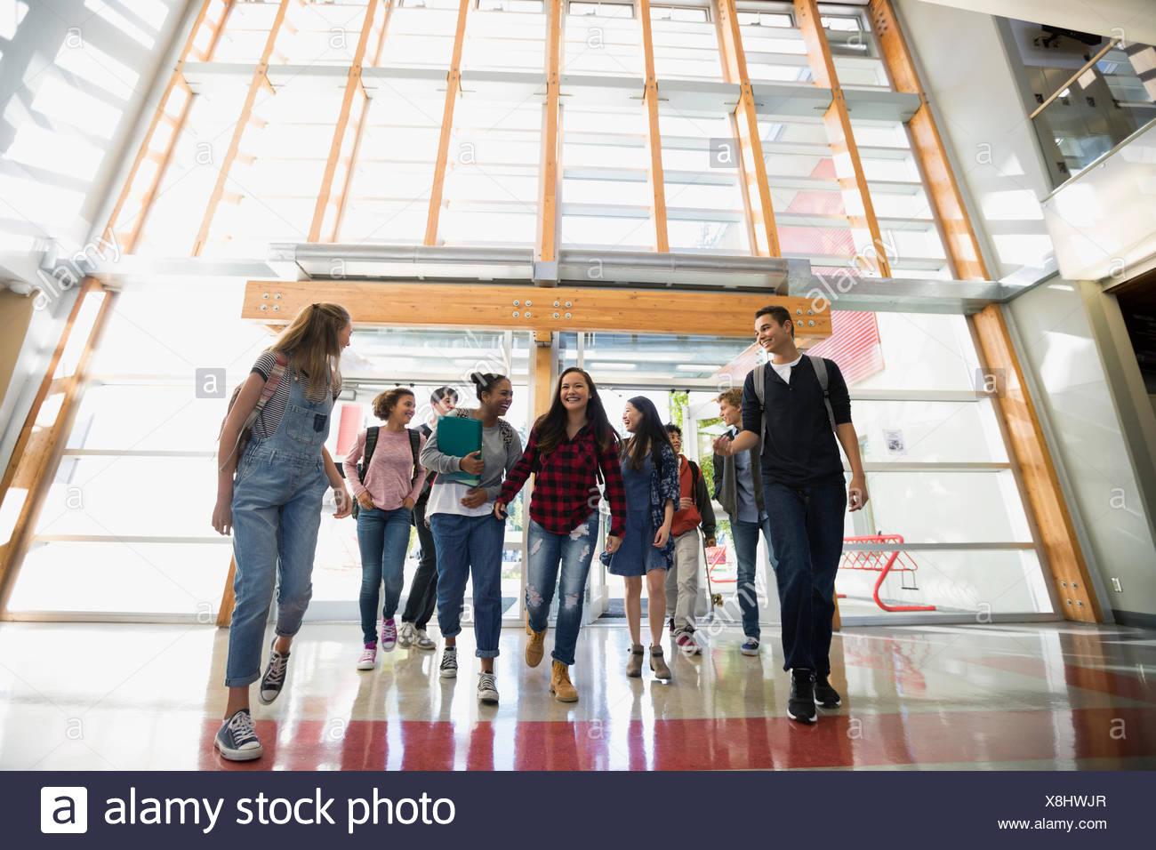 Schülerinnen und Schüler Schule Türen betreten Stockbild
