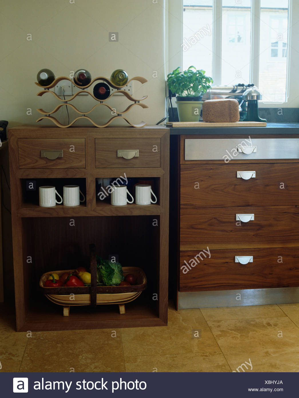 Moderne Küche mit Metall Weinregal auf dunklem Holz mit ...