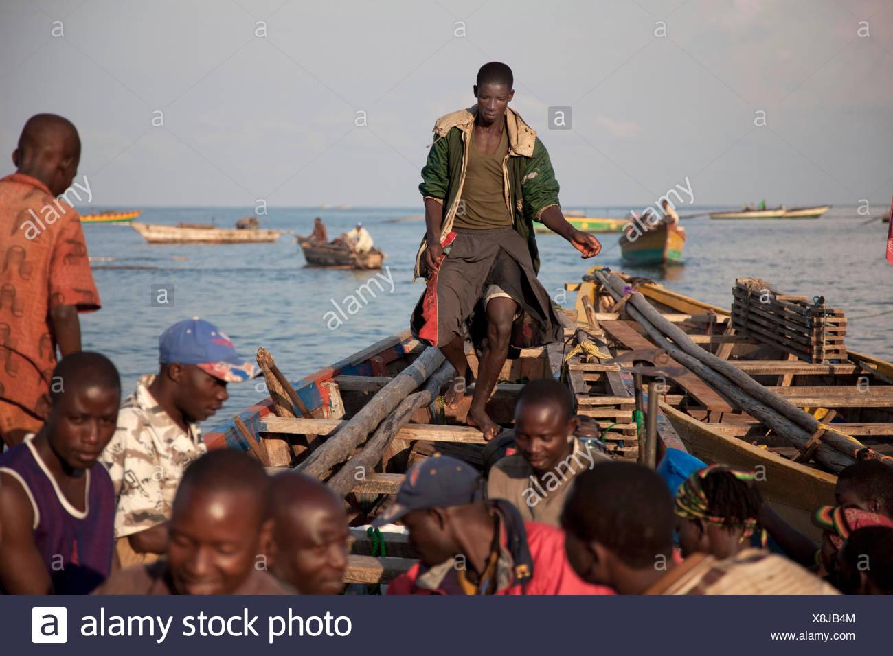 Einige Fischer am Ufer Sees eine vor kurzem landete Boot entladen Burundi, Nyanza Lac, Mvugo, Nyanza Lac Stockbild