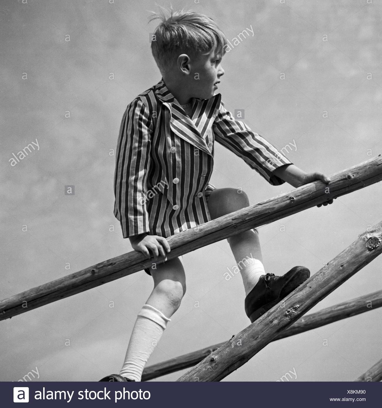 Ein Kleiner Junge Spielt Und Klettert Auf Einem Holzgerüst, 1930er Jahre Deutschland. Ein kleiner Junge, spielen und Klettern auf einem Woodden Rahmen, Deutschland der 1930er Jahre. Stockbild