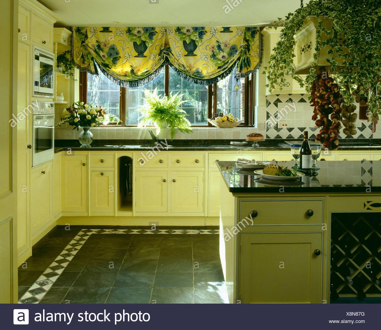 Gelb Achtziger Jahre Ausgestattet Kuche Mit Gelb Und Blau