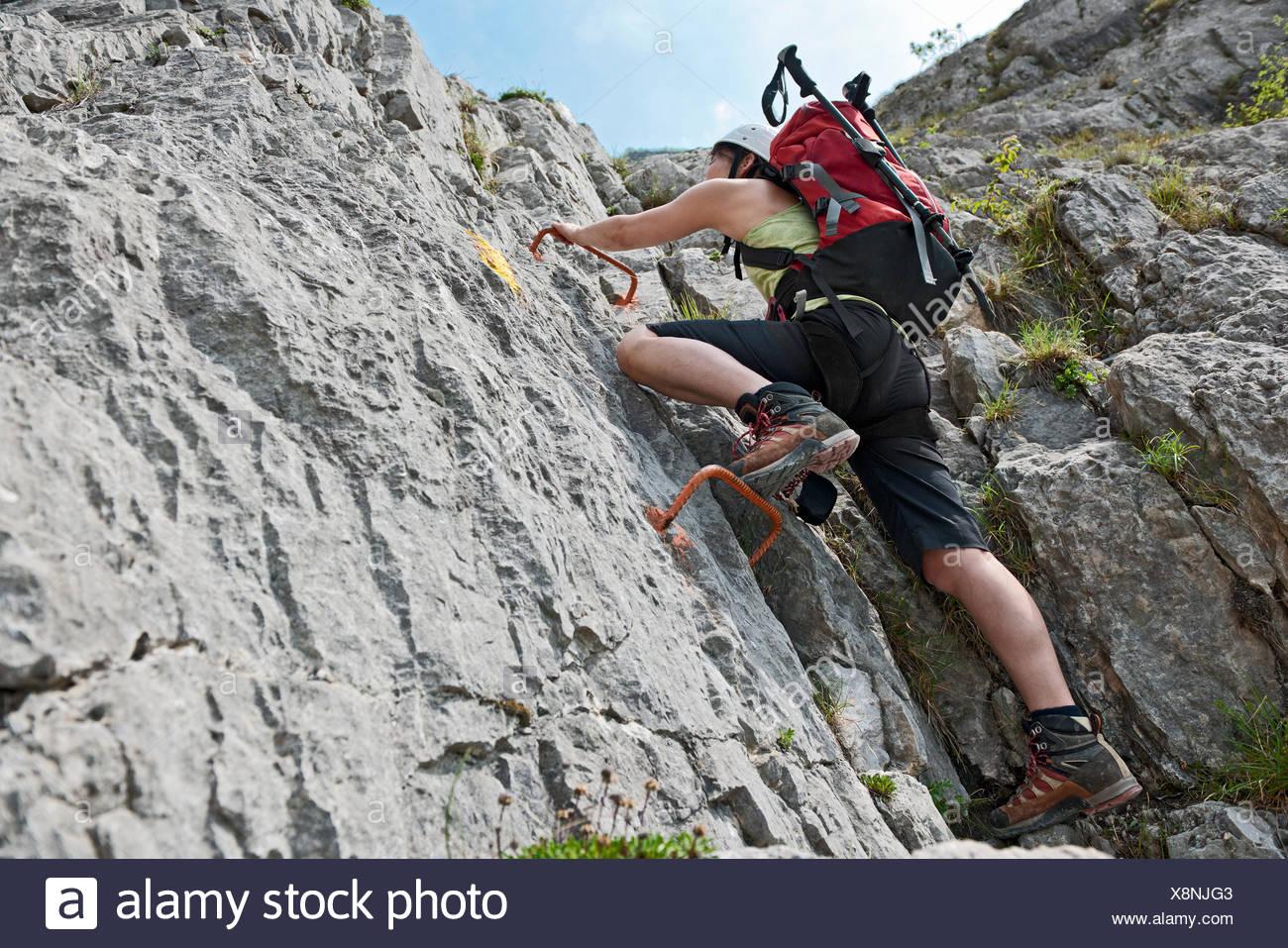Femal Bergsteiger auf die via Ferrata Che Guevara mit festen Sprossen, Monte Casale, Trentino, Italien Stockbild