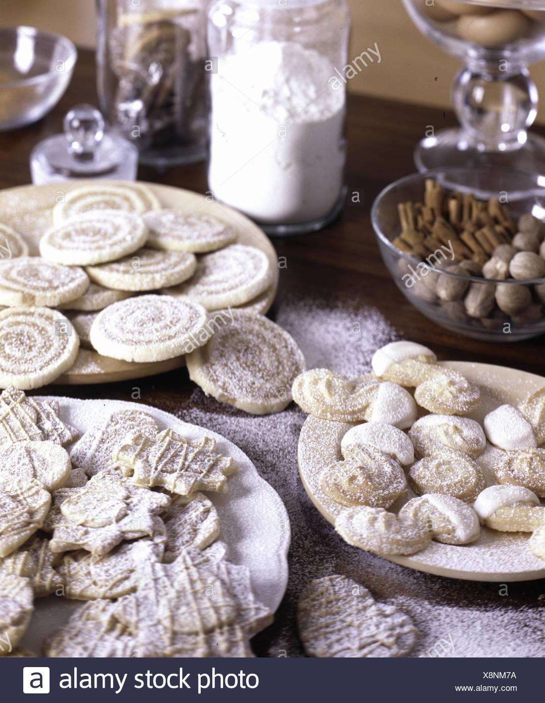 Eine Vielzahl von Keksen bestäubt mit icimg Zucker auf weiße Platten Stockbild