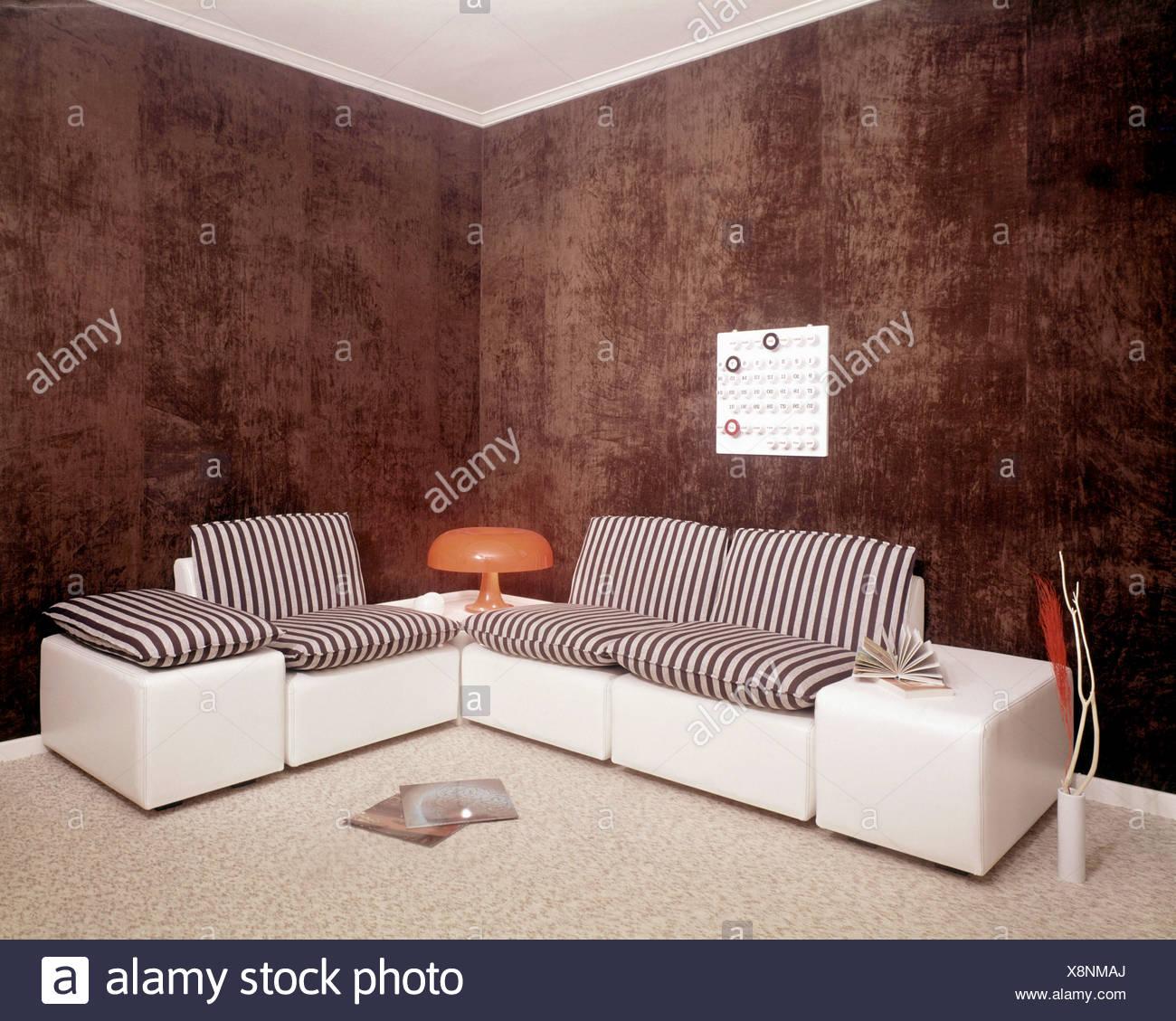 NOTSALE IN Belgien s Wohnzimmer braun gefleckt, Wände und ...