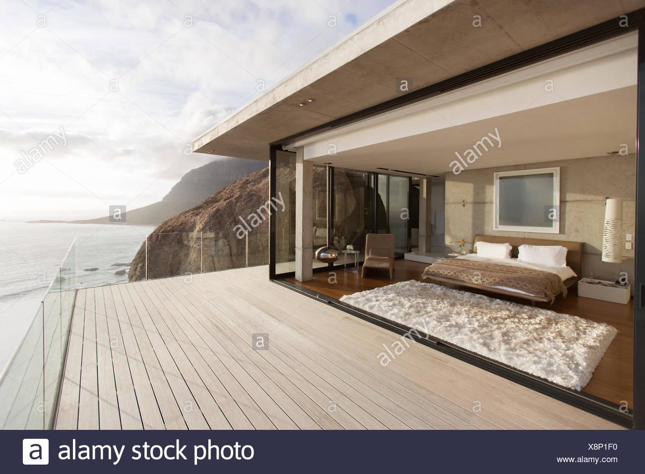 Moderne Schlafzimmer mit Balkon öffnen Stockbild
