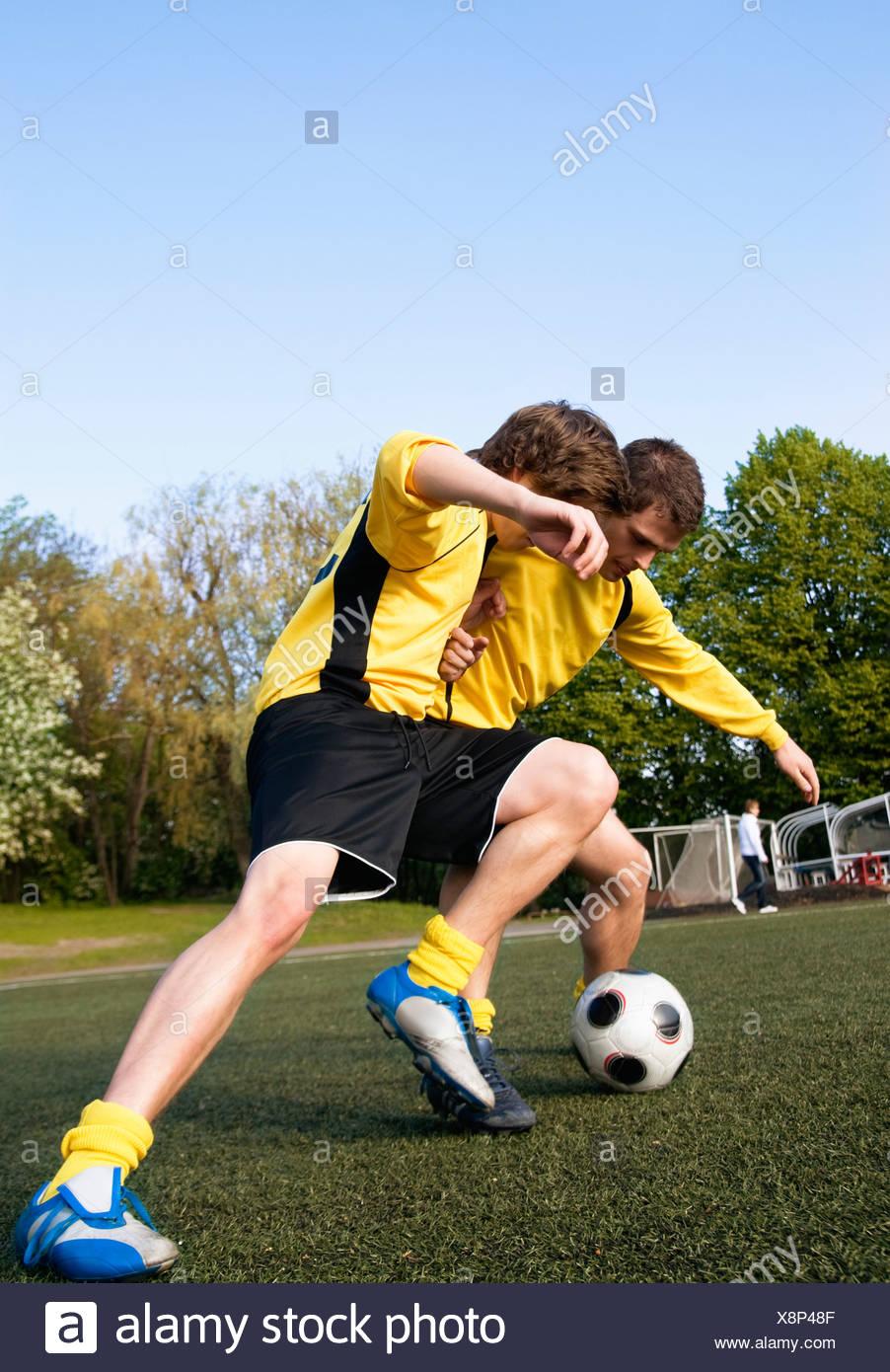 Zwei Jungs spielen Fußball Stockbild