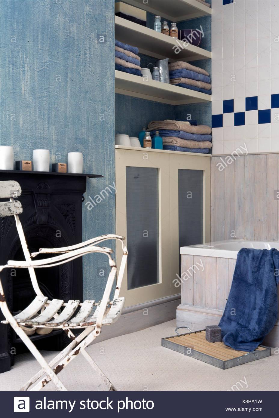 Bemalte und geflieste Badezimmer mit renovierten Café Stuhl ...