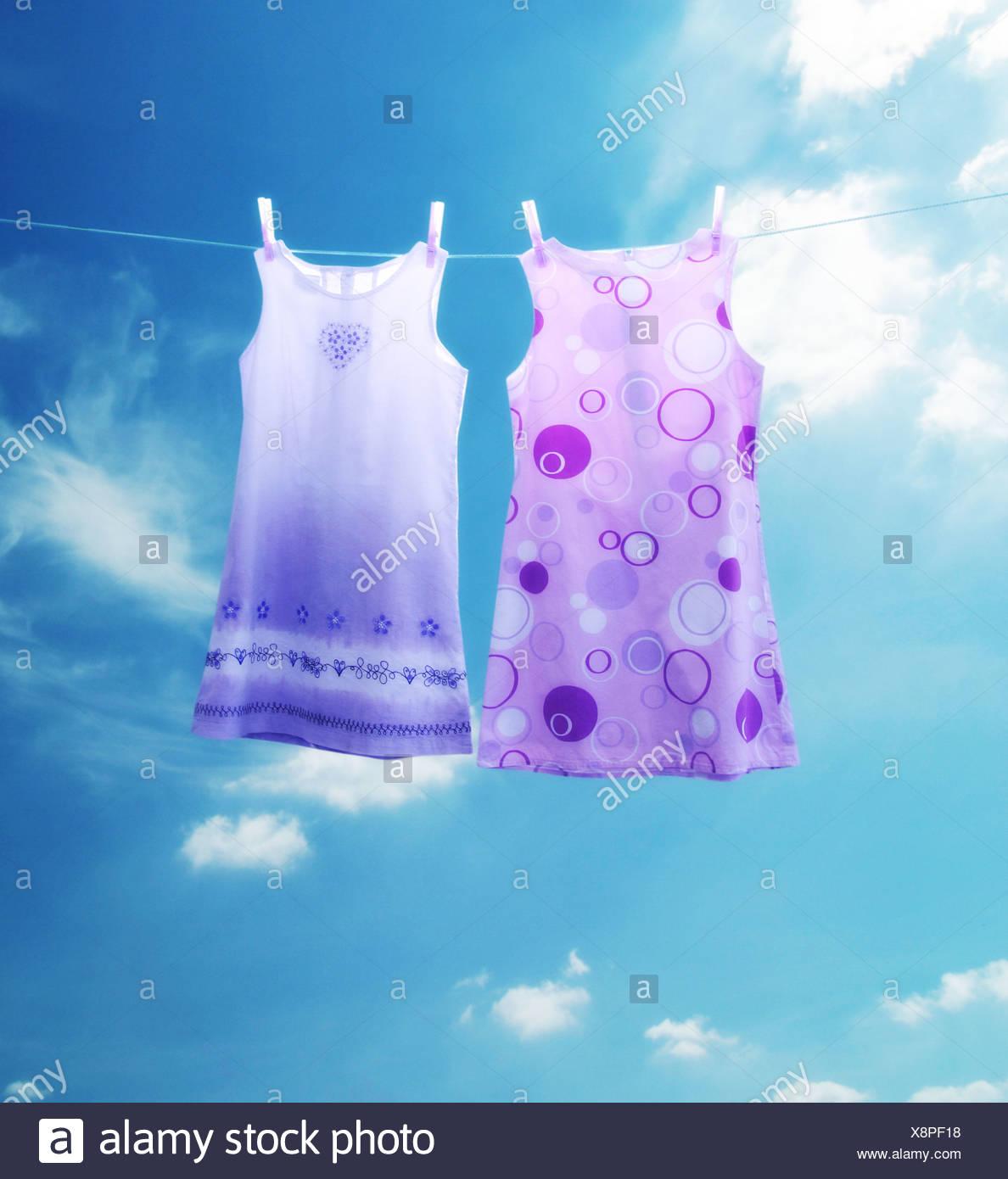 zwei Kleider auf einer Wäscheleine Stockbild