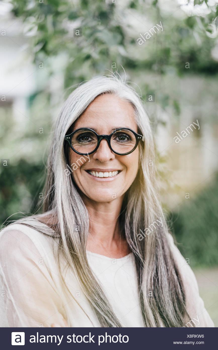 Porträt Der Lächelnde Frau Mit Langen Grauen Haaren Tragen Brillen