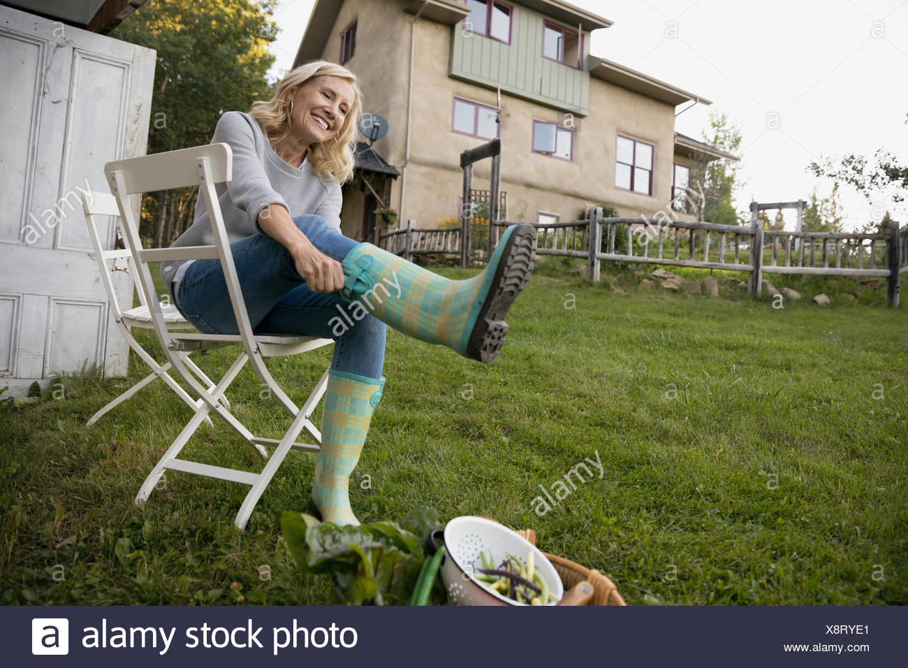 l chelnde frau anziehen gummistiefel im garten stockfoto bild 280809593 alamy. Black Bedroom Furniture Sets. Home Design Ideas