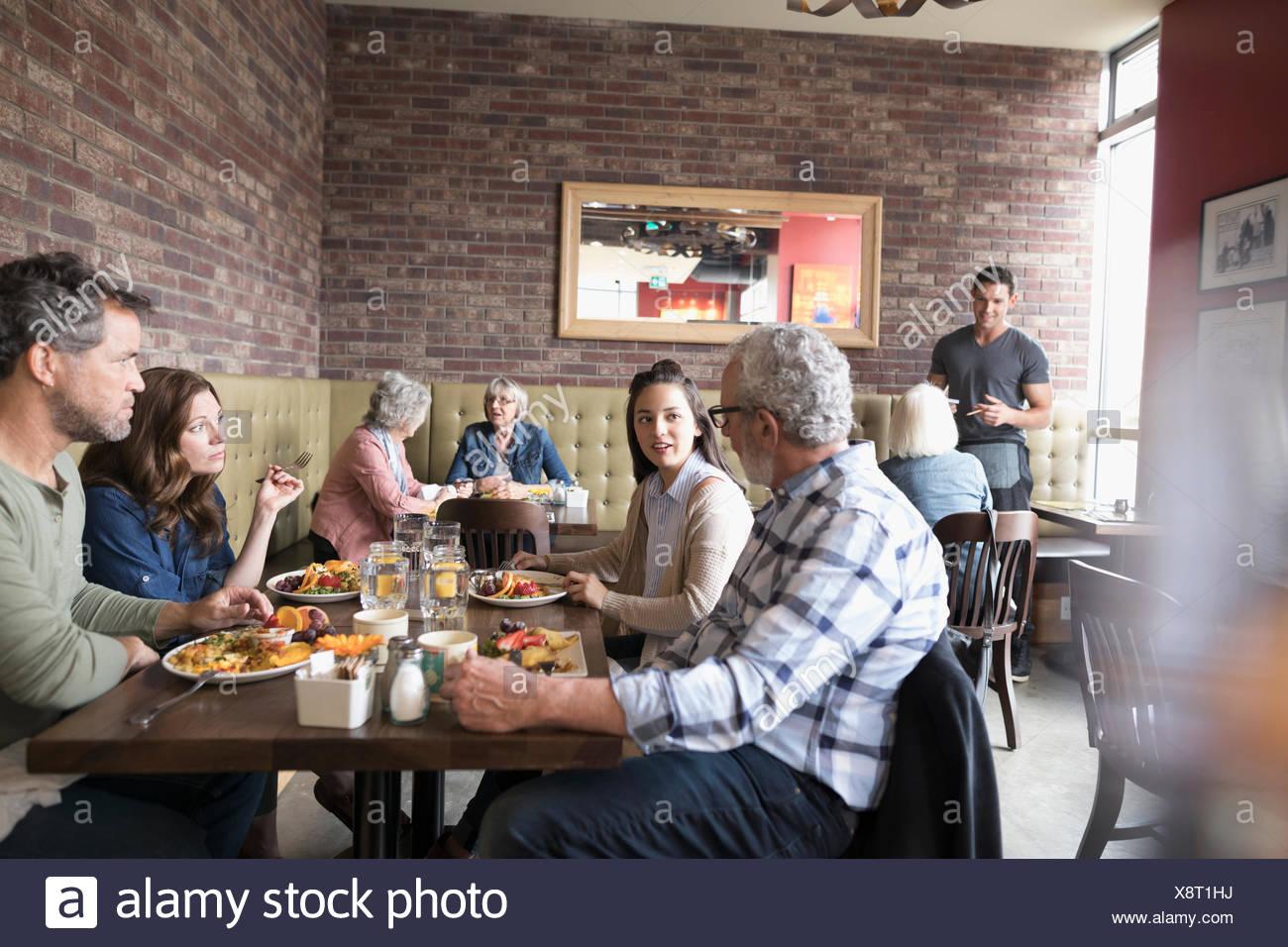 Mehr-Generationen-Familie Essen Brunch an Diner Tisch Stockbild