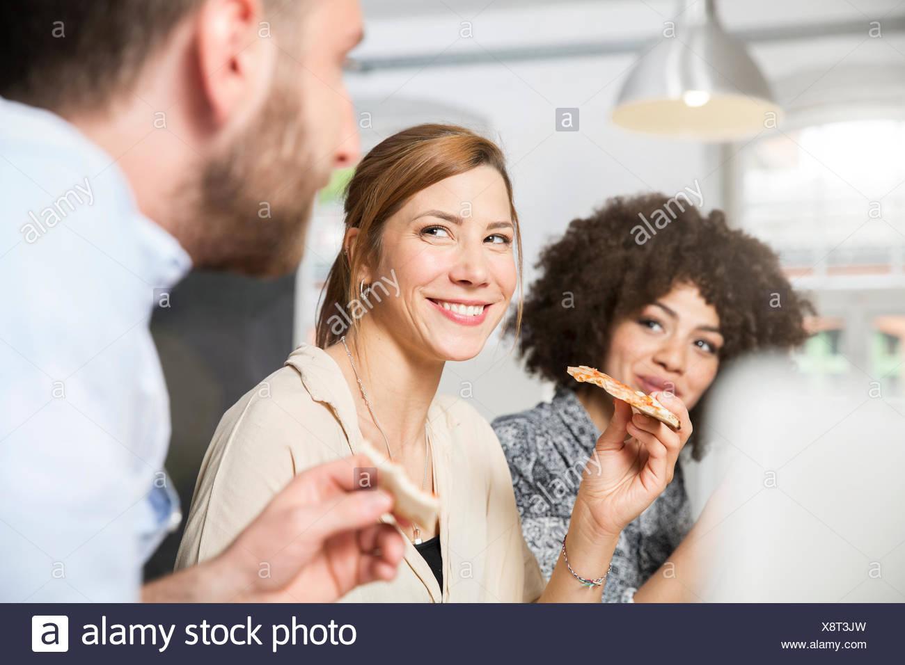 Drei Kollegen Im Buro Pizza Essen Stockfoto Bild 280812865 Alamy
