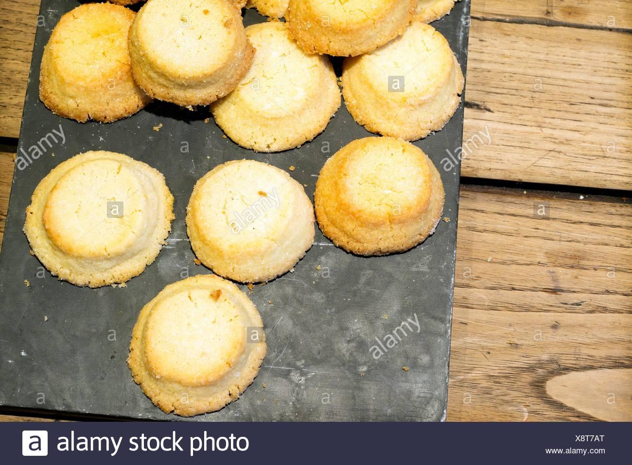 Kuchen Auf Einem Backblech Auf Einem Rustikalen Tisch Stockfoto