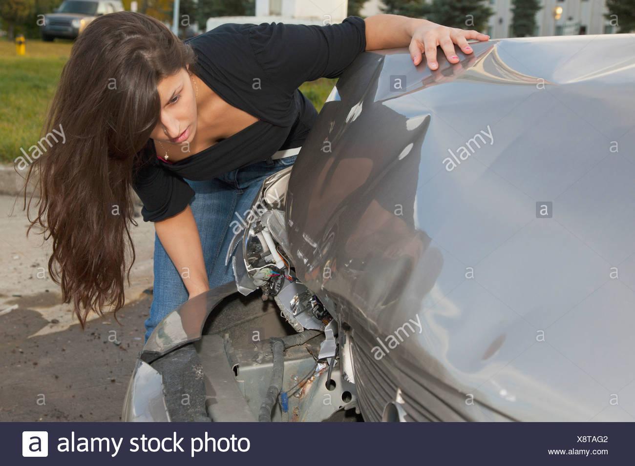Junge Frau mit Fahrzeug, das bei einer Kollision gewesen ist; Edmonton, Alberta, Kanada Stockbild