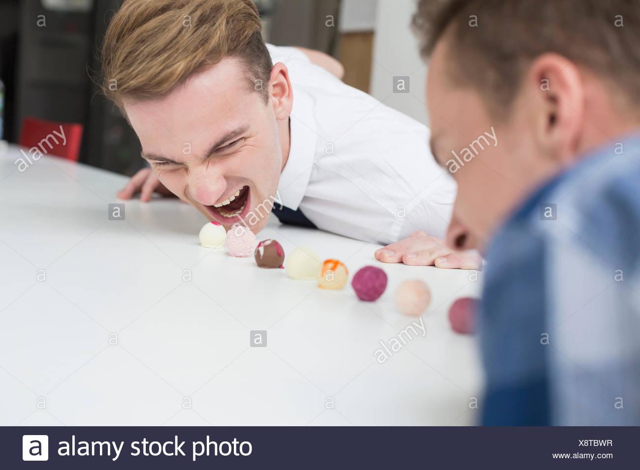 Homosexuelle Paare haben Essen Wettbewerb der Schokolade Trüffel Stockbild