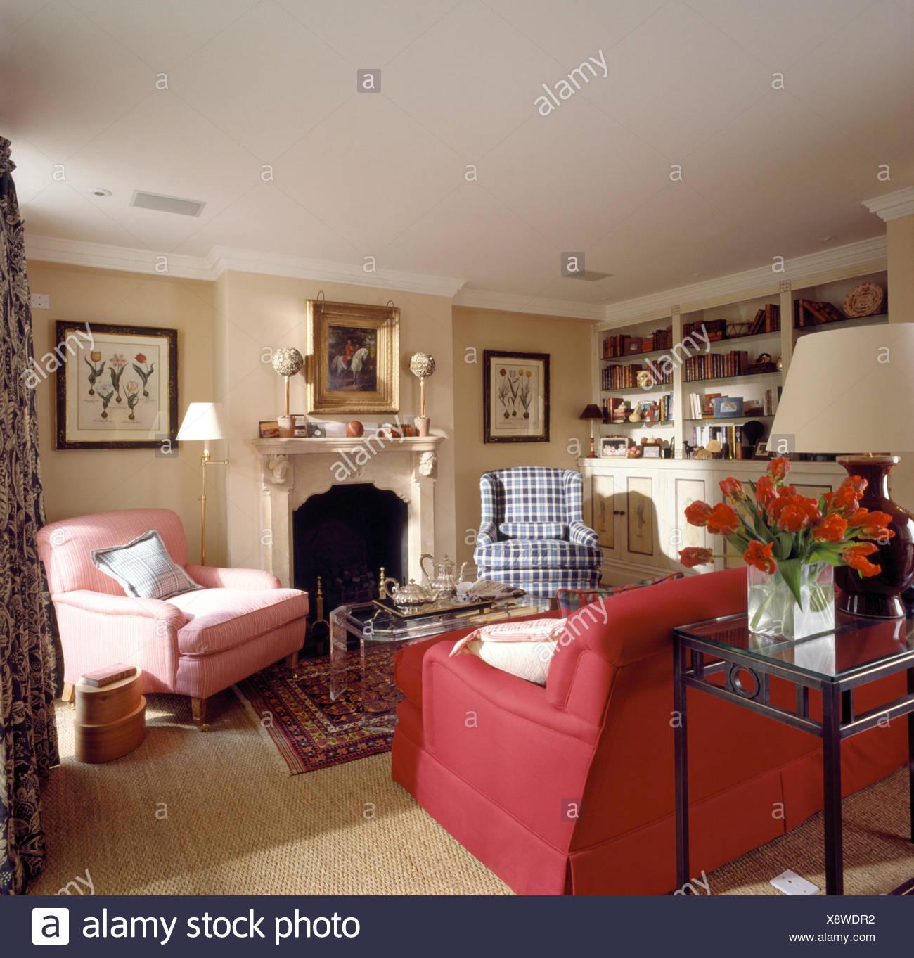 Rotes Sofa Und Rosa Sessel In Traditionellen Neunziger Jahre