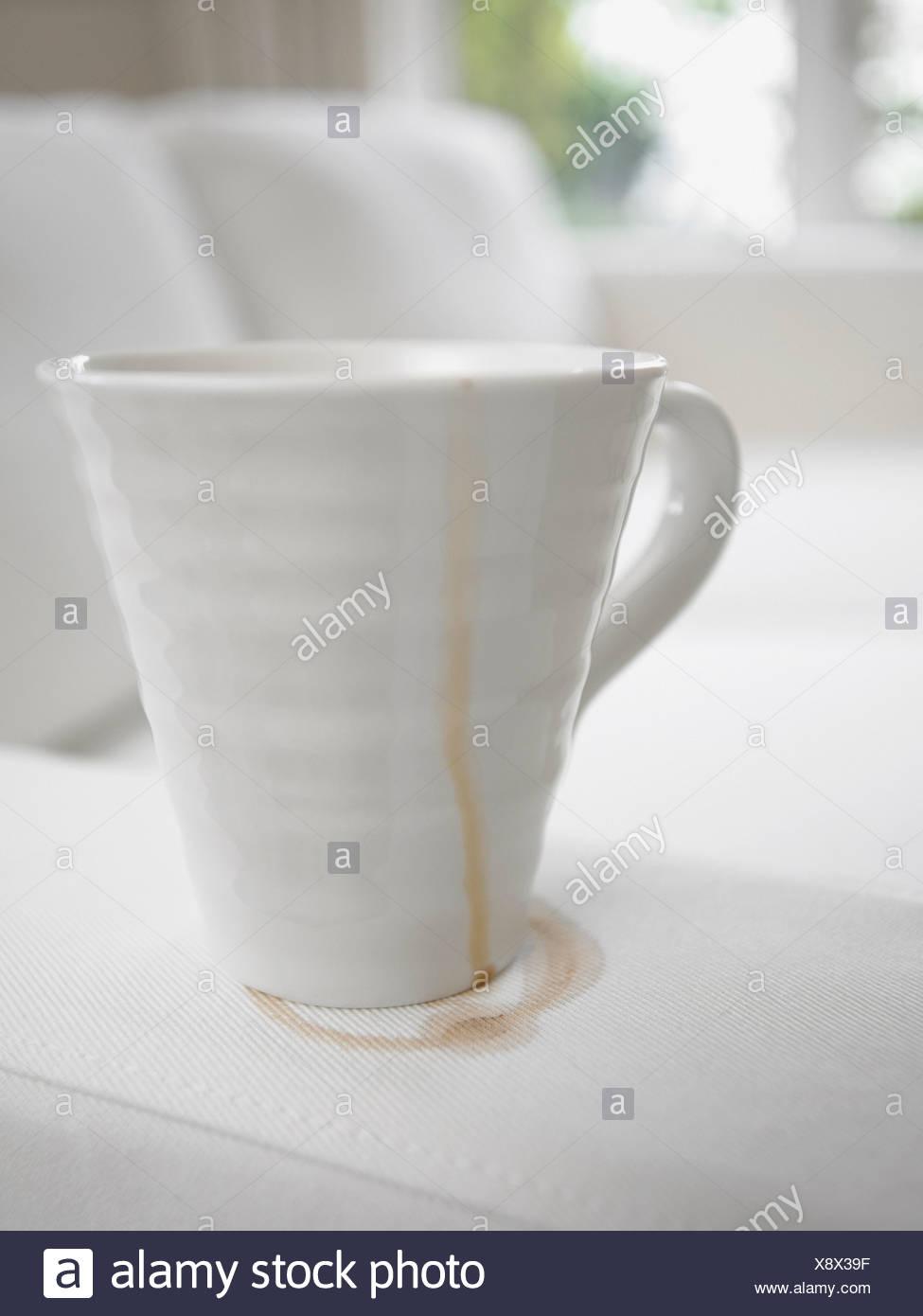 Nahaufnahme Von Kaffee Tasse Machen Flecken Auf Sofa Stockfoto Bild