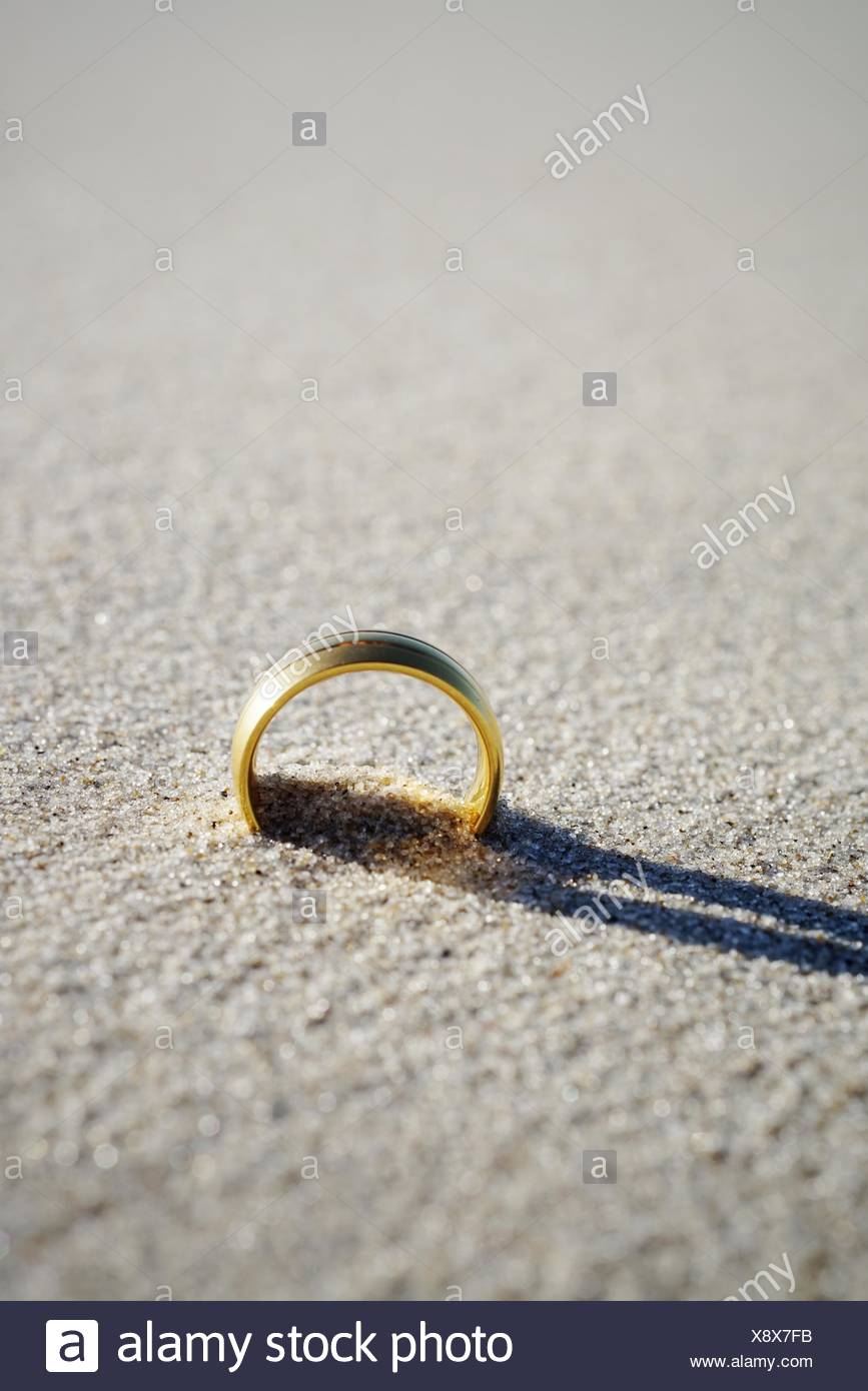 Nahaufnahme der Trauring am Strand Stockbild