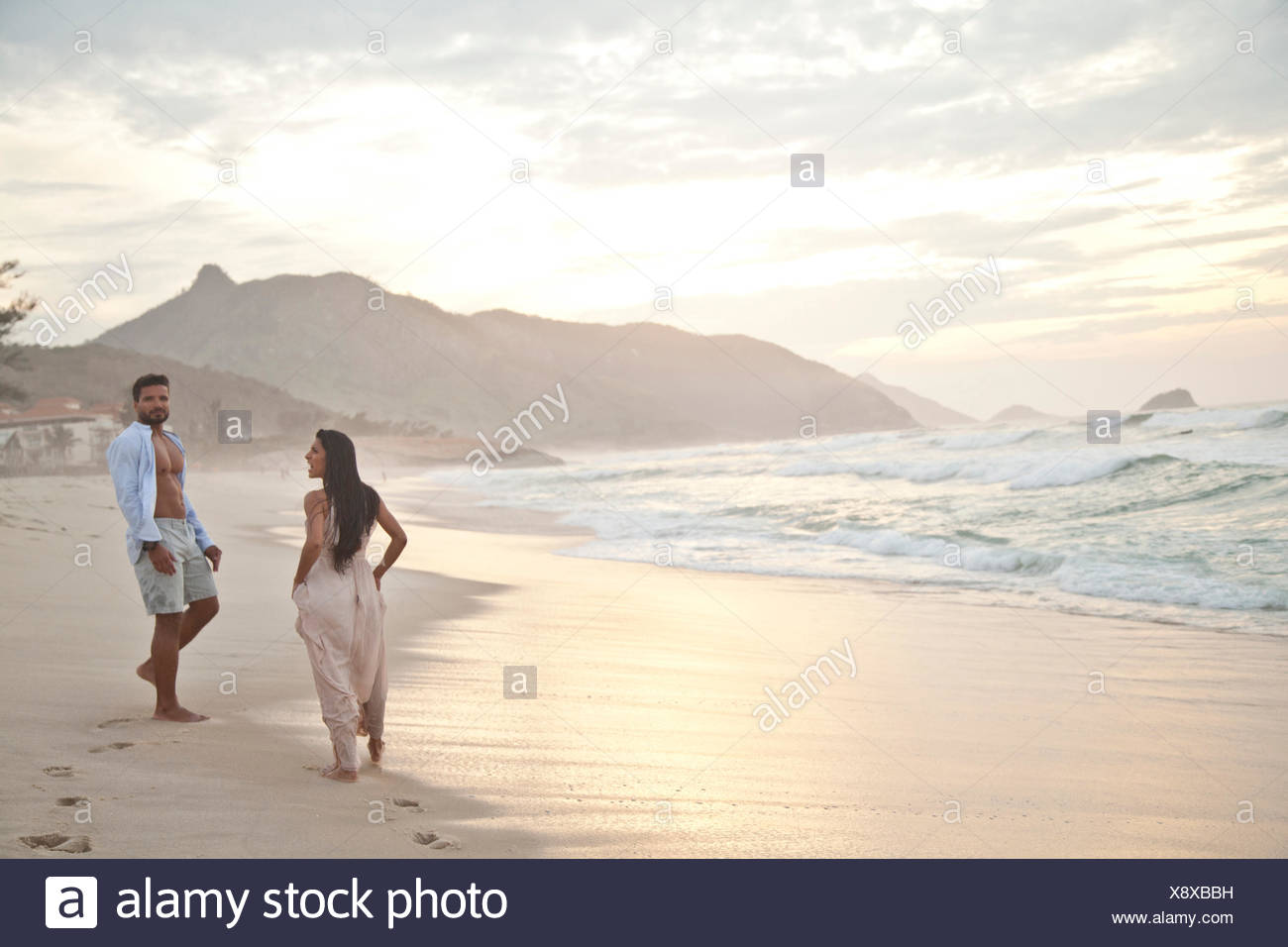 Mitte erwachsenes paar am Strand, Rio De Janeiro, Brasilien Stockbild