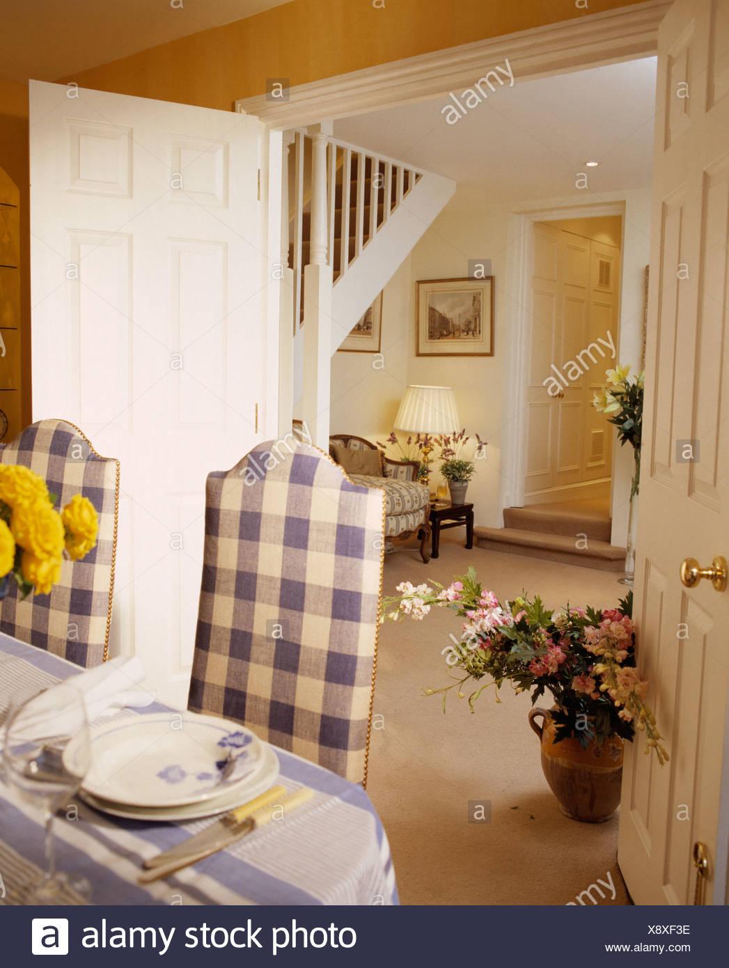 Tall Rückseite Blau + Weiß überprüft Gepolsterte Stühle Am Tisch Für Das  Mittagessen Im Landhausstil Esszimmer Mit Offener Tür Zu Halle