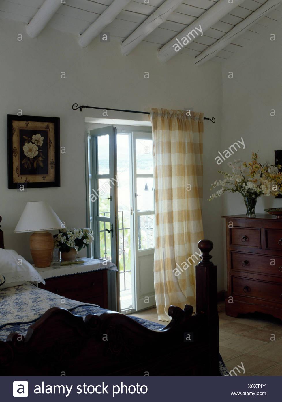 Antikes Holzbett In Franzosischer Landhaus Schlafzimmer Mit Gelben