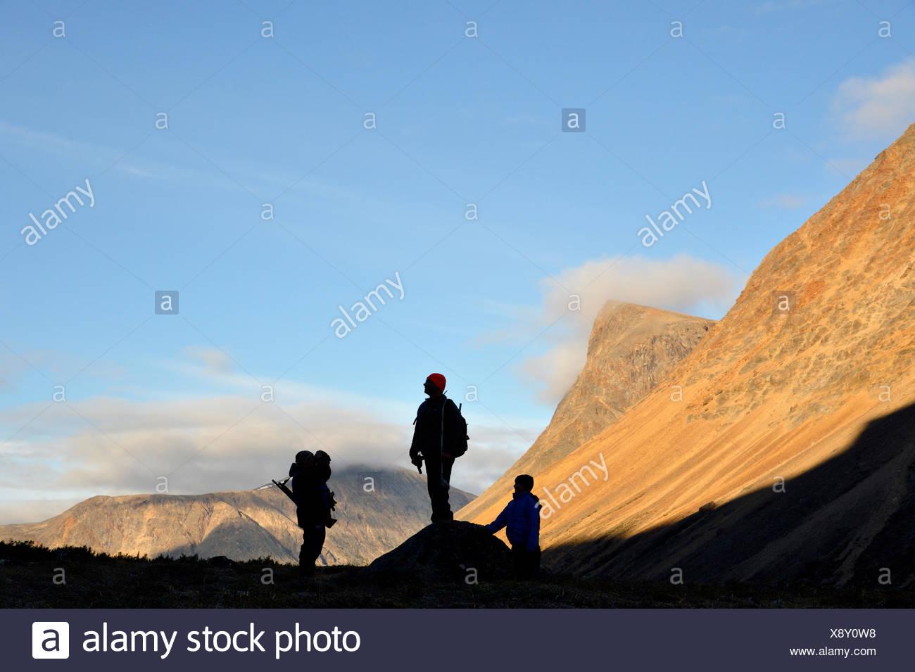 Silhouetten der Wanderer in den Nachvak Fjord, Neufundland und Labrador, Kanada Stockbild