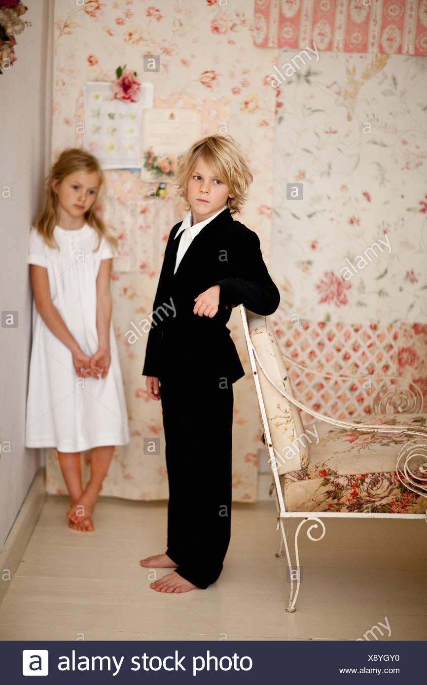 Geschwister im Schlafzimmer stehen Stockbild