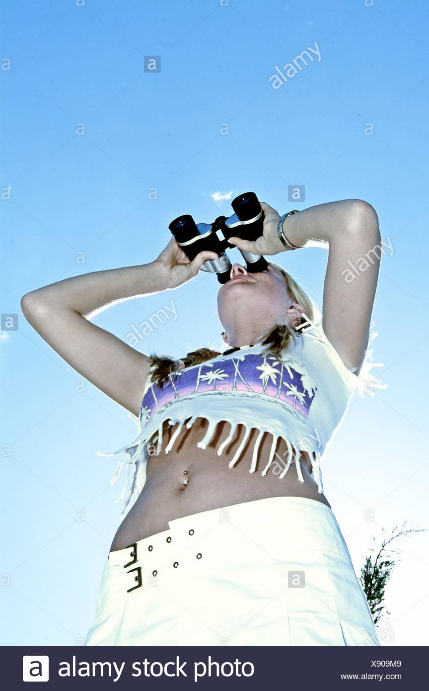 Frau, Fransen-Shirt, Blick Fernglas, Ansicht, Beobachtung, Sommer, außerhalb von Outlook, Interesse, Neugierde, Vorwitz, Entdeckung, Summerwear, T-shirt, zeigt einen ist bellybuttonly, Nabelpiercing, von unten Stockfoto