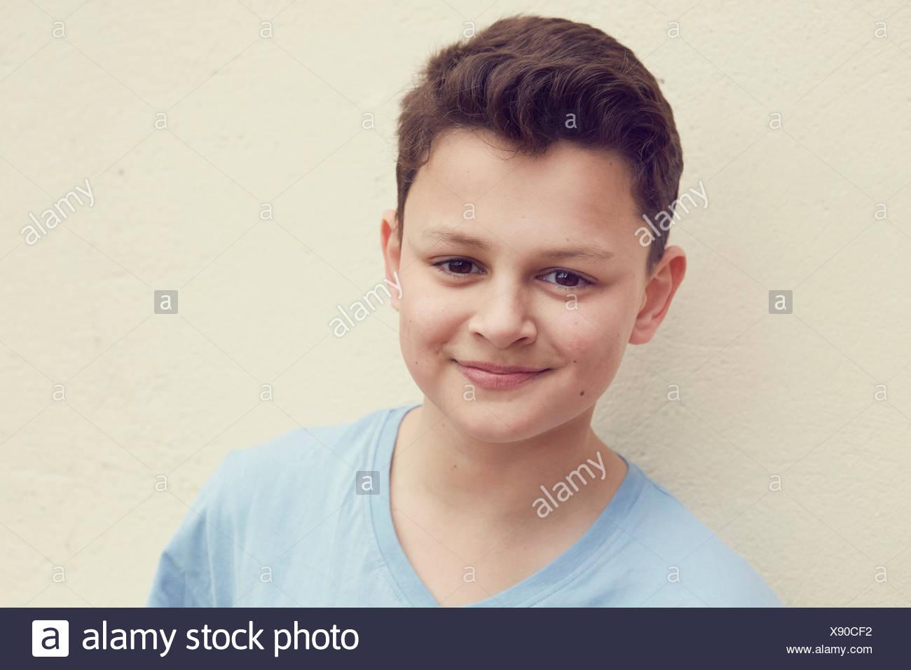 Porträt eines jungen vor Wand Stockbild