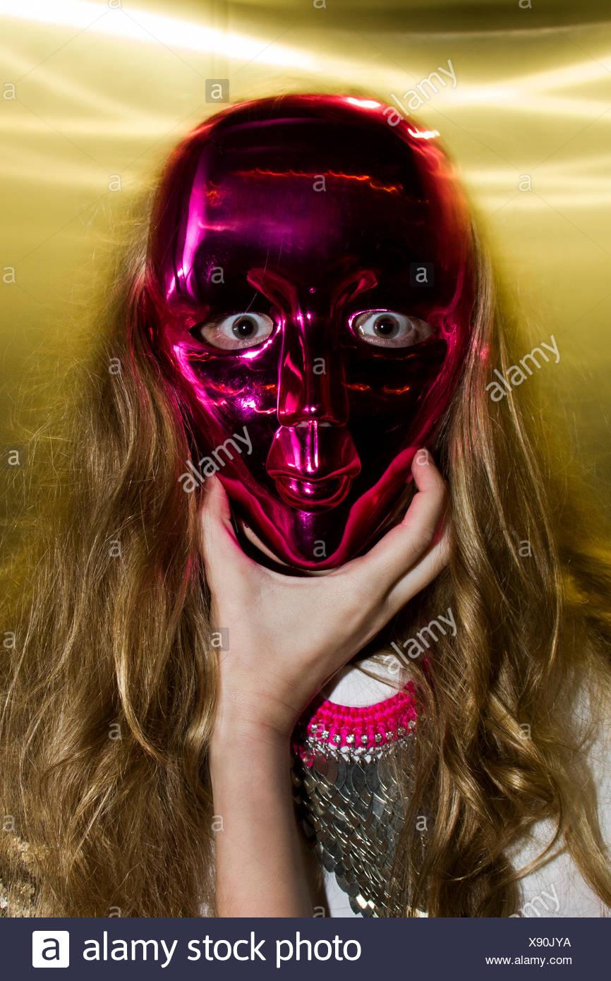 Angst vor Frau in rote Maske Stockbild
