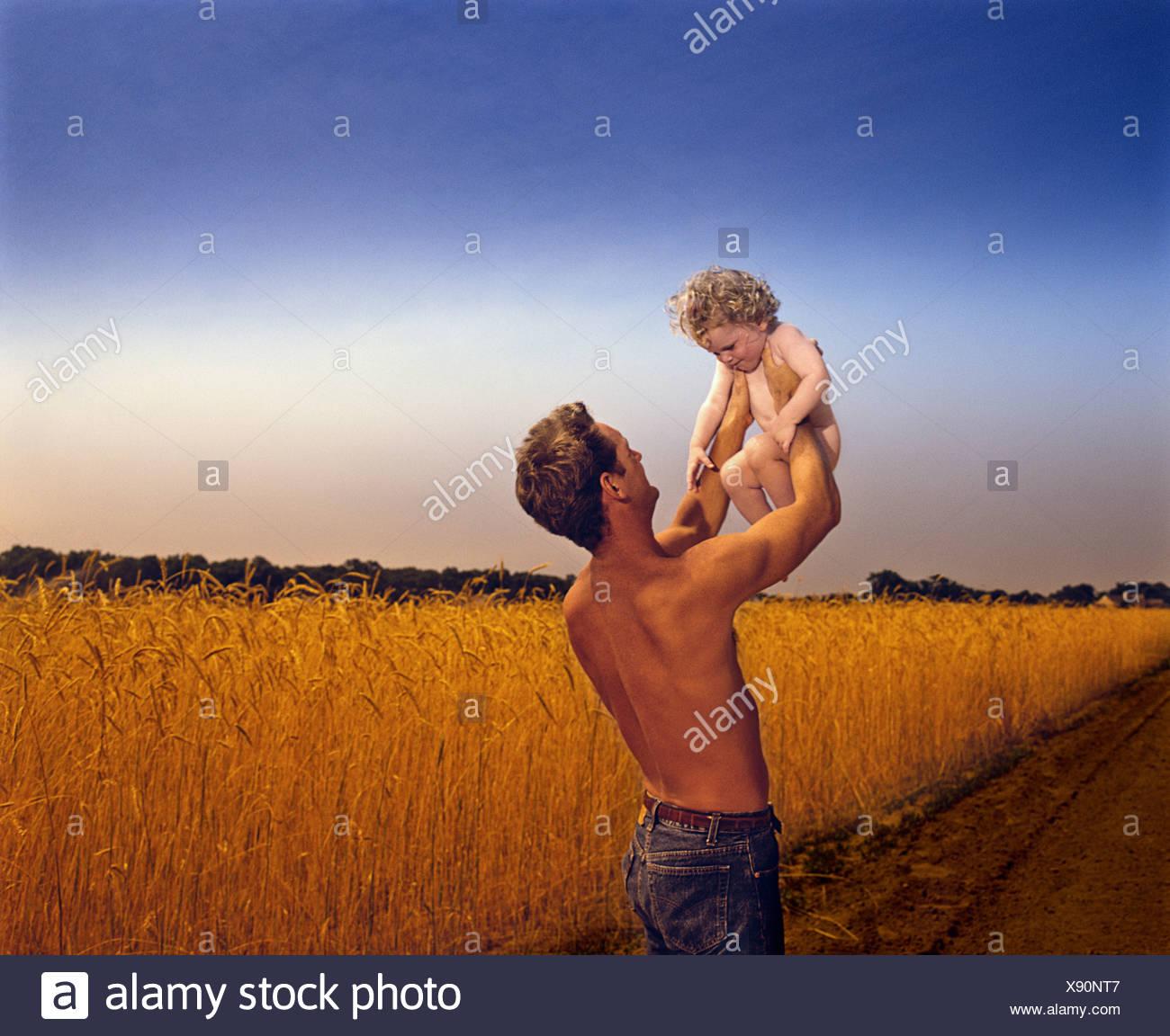 Vater mit Sohn in ländlicher Umgebung Stockbild