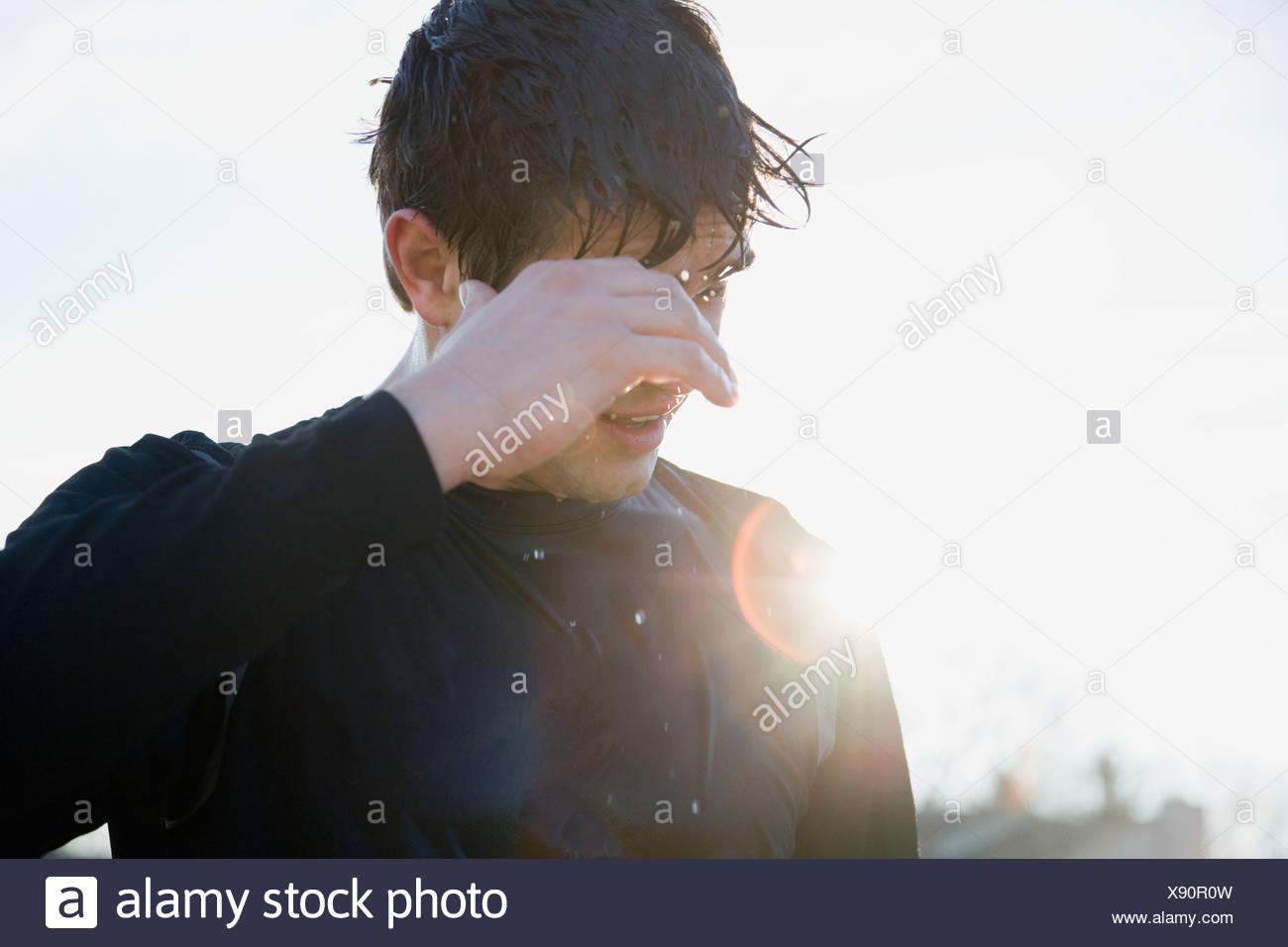 USA, Michigan, Mann in Sportbekleidung von Sonne beschienen zurück Stockbild