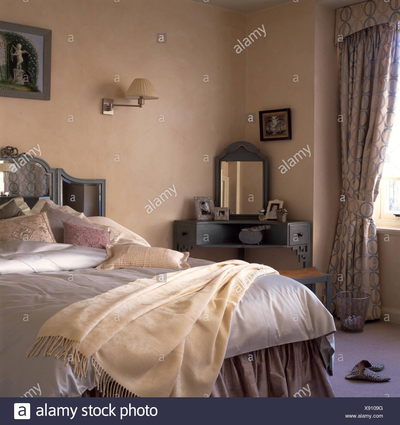 Tisch In Der Ecke Des Schlafzimmers Mit Kissen Und Creme Werfen Auf