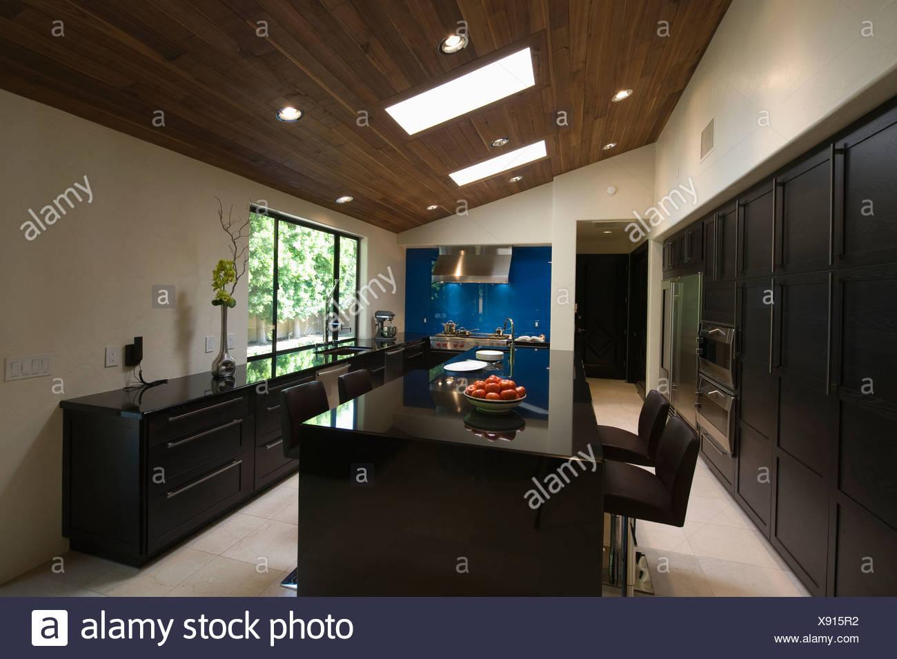 Schwarze Hochglanz Küche mit Oberlichtern Stockfoto, Bild: 280924310 ...